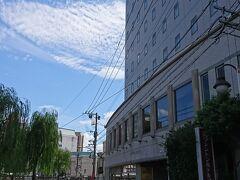そんなこんながありましたが、何事もなく九州、福岡上陸。  関東の交通カードも使えるとは、便利だ! 中洲川端で下車。 商店街を突きって、川沿いの宿に到着。 荷物を預けます。