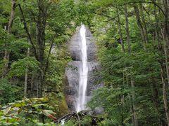 白布の滝です。 木々の中に割り込んだような岩に落ちる滝です。 滝の部分だけ、運よく木がなく見えているような感じです