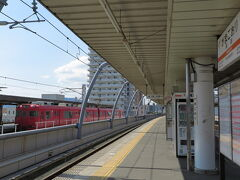 さて、蒲郡駅に到着して、ホームの向うに見える赤いたった2両の電車。 今から、あれに乗ります!