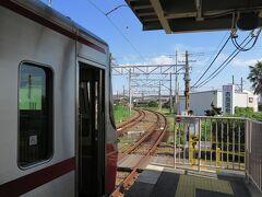 乗り換え元と乗り換え先とは、ほぼ90度の直角にホームがあります。  何となく、阪急西宮北口の今津線ホームを思い出します...