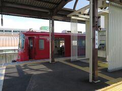 ここ、西尾駅は立派な複線の高架駅に見えましたが、実は駅の先の線路が長いだけで、さらにその先は両方単線でした。  蒲郡から吉良吉田、西尾までは、乗客がかなり減少していて廃止が検討されているそうで、地元との間では2020年度までは運行を続ける約束になっているものの、その先は改めて協議することになっているのだとか...