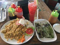 クラクラバスはバリ モール ガレリアに到着しました。 お昼はインドネシアのレストランチェーン店でエス テレールでナシゴレンオタオタと スイカジュースのセットで30,000ルピア(約240円)と別注のオタオタ(インドネシア風かまぼこ)。 オタオタは食べ分だけ請求をされます。 です。 右側の笹の葉に包まれたのがオタオタです。
