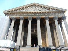 いったんホテルに戻ったあと、中に入ったことがありそうでなかったマドレーヌ寺院へ。  ナポレオン1世がここにギリシャ風の教会を作ろうと思って建造したのですが、完成を待たずに失脚したため、外見はギリシャ神殿風の寺院が出来上がったそうです。  マドレーヌ寺院の内部にもきれいな彫刻があり、各国語のセルフガイドを見ながら観光ができます。内部は写真撮影禁止のため、写真はありません。