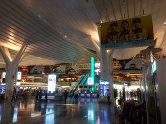 お風呂でさっぱりしてから羽田空港の国際線ターミナルへ。 10年振りに来てみてあまりの綺麗さに軽くショックを受けました。 以前は離島の空港と見紛うばかりのショボい空港だったのに!