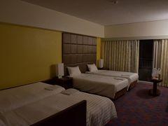 部屋は4人家族で泊まれる部屋でした。 ベッドが4つあります。 それでもそこそこ余裕があります。 洗面台が2つあるのも便利。  ファミリー向けに使いやすいホテルです。
