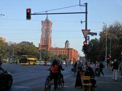 あれは昔の市庁舎。 赤の市庁舎と呼ばれている旧東ベルリン時代のもの。  近くに行ってみたいけれど、今回時間はなさそうだ。
