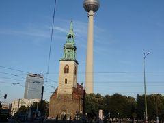 """同じ交差点から左手にはマリーエン教会。  地球の歩きかたには「森鴎外の""""舞姫""""で主人公がここでドイツ人女性と出会う」と解説してあった記憶。  そしてその裏側にみえるのがテレビ塔。"""