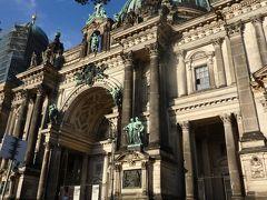 ベルリン大聖堂。  これは本当に「大」「大」「大聖堂!」ですわ~。 しばらく口を開けて眺めちゃう感じ。  ゴロリン、ゴロリーンと鐘が鳴ることをあとで知る。  ドイツのメルケル首相のお父様は牧師だったことを思い出したりした。ルター派の教会というが、ルター派ってどんな宗派だったか。ドイツ人とキリスト教・・・