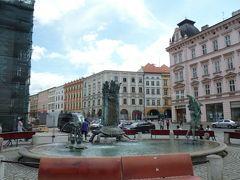 噴水の向こうに市庁舎が見えます。仕掛け時計を見に行きましょう。