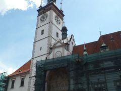 市庁舎の塔の上の4面に時計が付いています。15世紀に作られたゴシック様式の建物だそうです。下には仕掛け時計があり、毎時0分に仕掛けが見ることができるので大勢の観光客が集まります。