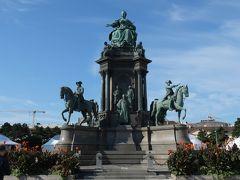"""マリア・テレジア広場。 """"オーストリアの母""""マリア・テレジア像。"""