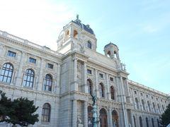 マリア・テレジア像を挟んで北側に自然史博物館、南側に美術史博物館と外観がほとんど同じ建物が左右対称に並ぶ。  10:00 開館と同時に美術史博物館に入館。 入館料大人1名15.00ユーロ。