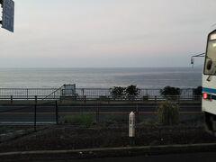 わあ~♪降りよう!  決めたのは「田儀駅」  日本海が見えた!それだけでテンション高く・・・ 普通列車の運行本数が少ない事を承知で乗ったのに、 すぐに「出雲市」行き列車が来てくれた♪