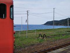 帰りは、ここで降りよう!って決めてました。 駅から海岸が目の前の「折居駅」