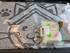 浜田駅で買ったお土産^^。 まつかぜ12号の車内で早めの夕食。   日焼けしたし、もう満足したし、 明日は1日雨で寒いってゆーから・・・ ホテルでのんびりしましょう。と思ってた。