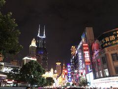 1851年に開発が始まった上海一の歩行者天国・南京東路へ。 ものすごい人です。