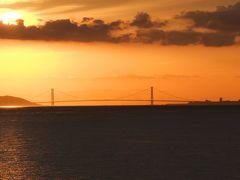やがてフェリーは明石海峡大橋へ。丁度夕暮れで、夕日に染まる明石海峡大橋は奇麗でした。