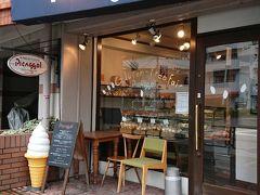 2件目「ピカソル 代官山本店」 フツウニフルーツから徒歩1分かかりません 大きな交差点のすぐ前のお店です 素朴なクッキーやケーキ、スコーンなど焼き菓子が購入できるお店です