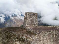 尾根のかなり上の方に位置しています。インカの言葉で「インティワタナ」と呼ばれるこの不思議な形の石。