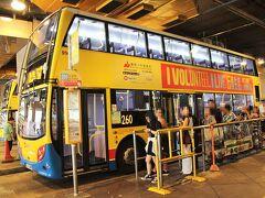 中環駅でMTRを降りたら、高架連絡橋を渡って、中環のバスターミナルへ。 レパルスベイ行きのバスに乗り込みますー。 6・66・6Xなど、6のつくものがOKなんだけれど、1番早いのは260番の快速バス。 ちょうど、260番が居たので、ラッキー☆