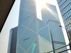 レパルスベイに行くのに、海岸が見渡せて眺めが良いと言われる2階の右側席に座って、流れ行く車窓を楽しむ… 何度見ても圧倒される中国銀行。 この形が大好きな旦那様は、中国銀行を見ると香港に来たんだーって気になって嬉しくなるらしい。