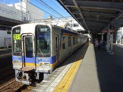 隣接する、南海本線の貝塚駅からさらに南下。  南海本線で一番使い勝手のいい急行電車は、基本的にすべて関西空港行きで、これから向かう先には行かない。 しかも貝塚駅には特急電車が停まらない。 ということで、ここから先は各駅停車での移動となる。