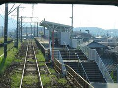 土盛り構造の上にある深日町(ふけちょう)駅。