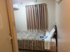 初日は、石垣島離島ターミナル近くのなりわホテルへ宿泊しました。 18:45頃チェックイン 前金で支払いしました。 1泊素泊まりUBトイレ付き\4,300で安かったです。 禁煙フロアの4F 402号室に宿泊しました。風呂が少しカビ臭かったです。