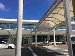 思ったより大きな空港。 到着して、予約していたレンタカーの方へショップまで連れていってもらいます。