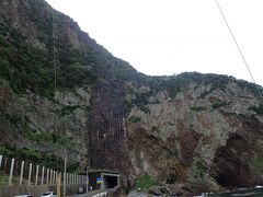 徳浜の断崖。 ここで写真撮っていたら急に土砂降りに。
