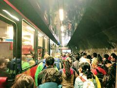 クライネシャイデックから35分、終点ユングフラウヨッホ駅に到着。まるで朝のラッシュ時のような人の多さ。
