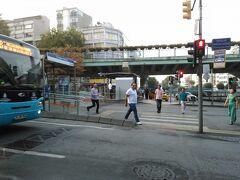 トラムのアクサライ駅のところで曲がります。