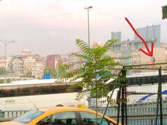 奥に見えるのがM1のイェニカプ駅です。 メトロで行く場合はここで降りてフェリーターミナルに行くことになるのかな。