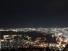 食事のあとは函館の夜景をみにいきました。市電の駅から少し歩きますが食後の運動にはちょうどいい距離でした。ただ、海外からの観光客で山頂はごった返しており戻りのケーブルカーに乗るのに1時間近く並びました。
