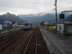 河佐駅で行き違い。 府中行きが待っていたので、こちらはすぐ発車します。