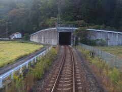 河佐から備後三川までの間でダムによる新線切り替えが行われたので、長いトンネルになっています。