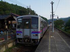 備後矢野にて対向列車待ち。  ホームに降りて一枚。