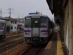 三次に到着。 引き続き乗る広島行きがすでに止まっていました。  比較的乗る人が多い区間ですが、キハ120の2両編成でした。