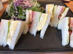 まずは、京都市役所前駅のコインロッカーに 宿泊荷物を預け 遅めの朝食・小川珈琲京都三条店 でモーニングを
