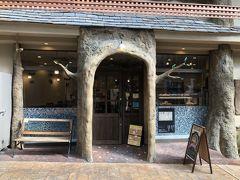 仲見世商店街に面白いお店を発見 パン屋でした。 中々盛況のようでスタッフは女性ばかりみたいです。 翌日は定休で購入できず