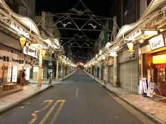 夜の銀座通りを下る 左手には熱海プリン2号店が出来ていた。 右手のゲストハウスも中々盛況みたいだけど、この通りの復活にはもうしばらくかかりそうだ。