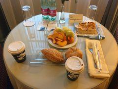 大型ホテルチェーンは朝食付きでないところが多く、その朝食も高いので、昨日買ったパンとウェルカムフルーツ、コーヒー券で貰ったコーヒーで腹ごしらえします。