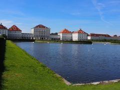 ニンフェンブルク城は、ヴィッテルスバッハ家の夏の離宮です。 1664年から建設が開始され、中央の建物は1675年に完成。さらに1701年からはマクシミリアン2世やカール・アルブレヒトなど歴代君主により拡張されたため、この宮殿ではバロック、ロココ、新古典主義など様々な建築様式を見ることができるそうです。