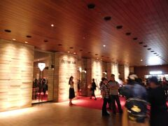 18:40  淀屋橋のフェスティバルホールへやって来ました。  スーツケースを預けるのに大阪公演初日でスタッフも慣れていないからかたらい回しにされましたが(´-ω-`)、とりあえず無事に無料で預けることが出来ました。