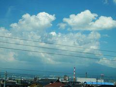 ★7月30日(月)★  静岡を11半過ぎの新幹線で東京へ向かいます。 残念ながら富士山は裾野しか見えず。
