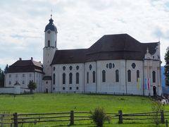 周りに何もない牧草地にポツンと建つ教会。 設計はドミニクス・ツィンマーマン。