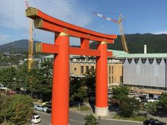 美術館は平安神宮の鳥居の真ん前でした。それにしてもデカイ