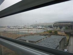 CDG第二ターミナルの到着です。 スタアラ組がフランス国鉄の駅に行こうと思うとモノレールみたいなものに乗っていく必要があります。 途中駅は第三ターミナル、駐車場とありますがとりあえず端から端まで乗っておけば問題あーりません!