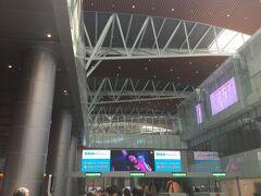 朝が早かったので、機内では熟睡。40分遅れでダナン到着。国際線ターミナルは昨年できたターミナルに移っているので、とてもきれい。 新しい空港なのに、入国審査は指紋データの採取、顔写真の撮影いずれもなしだった。