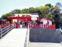 お釜の蓋を頭にのせ、鳥居から拝殿まで落とさずに行くことができれば 願いが叶うと言われている神社です。